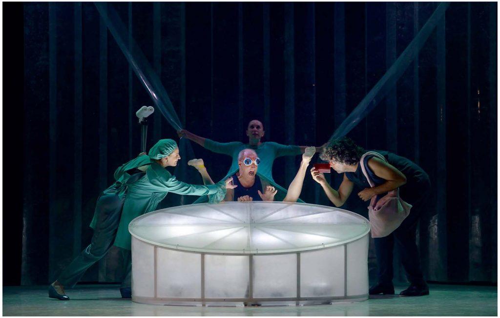 Detalle de la escena del nacimiento del espectáculo VIp de Joglars