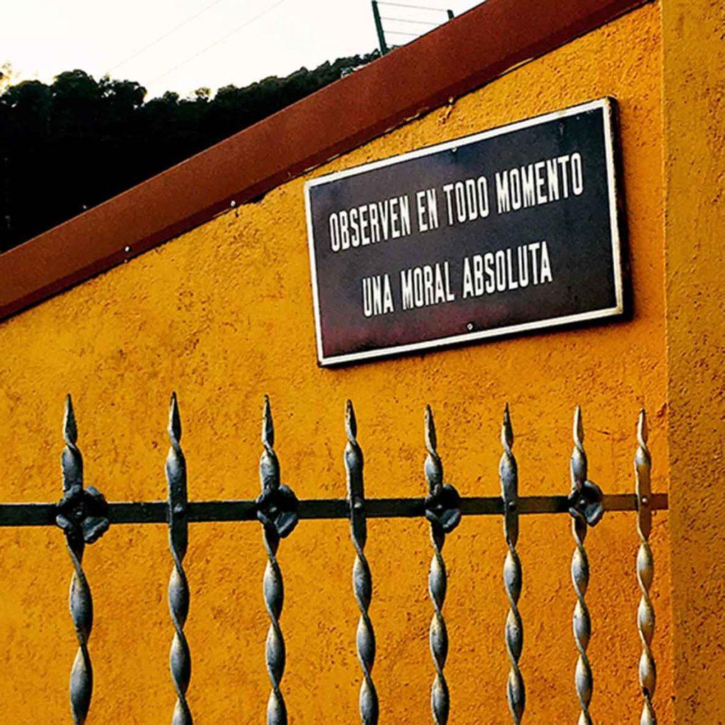 """Detalle de un cartel colgado en Barcelona """"observen en todo momento una moral absoluta"""""""