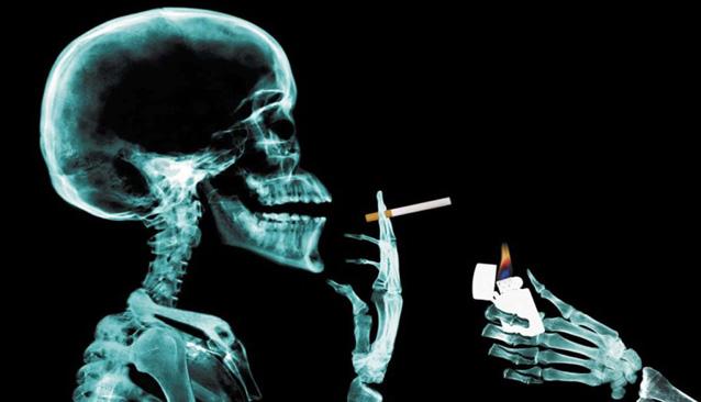 Esqueleto de artista fumando-fumar es bueno para el arte