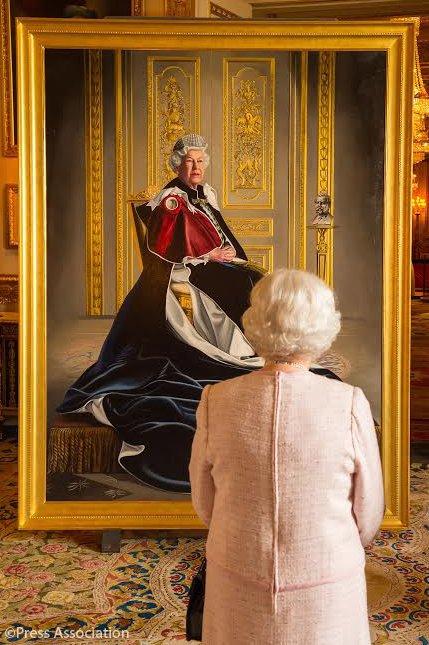 La reina de Inglaterra observa su retrato con un aire teatral