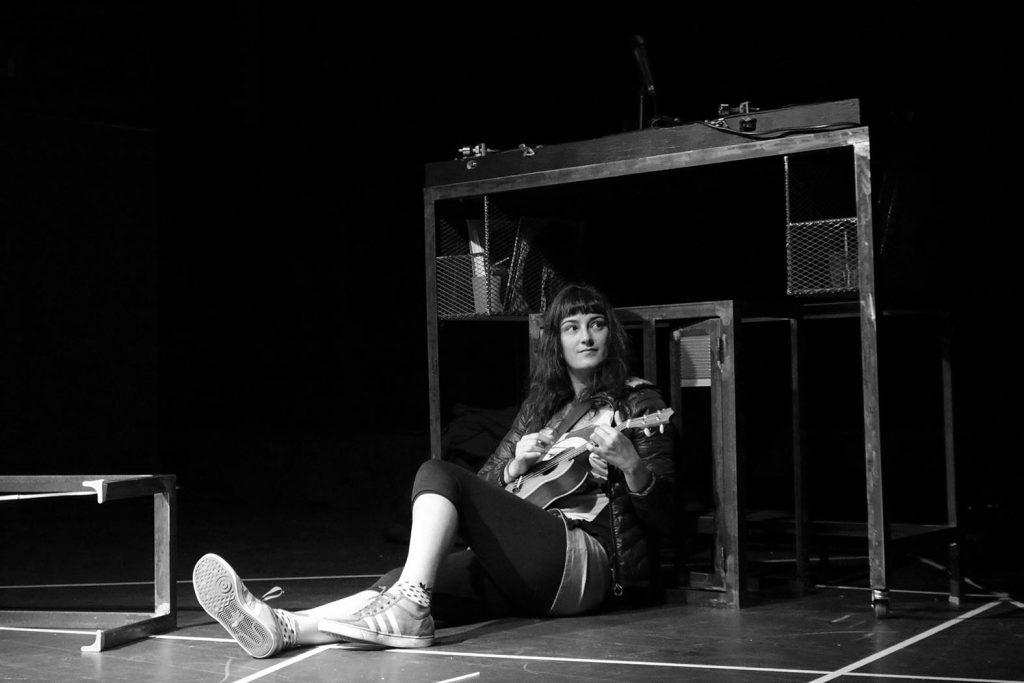 Foto del espectáculo FUGA DE CONEJOS, con la actriz Maria Cirici. Fotógrafa ANA SÁNCHEZ